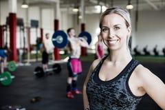 Kvinna som ler i idrottshall Royaltyfri Bild
