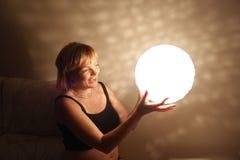 Kvinna som ler med en ljus boll Royaltyfri Fotografi