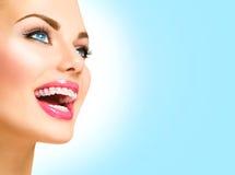 Kvinna som ler med keramisk hänglsen på tänder arkivbild