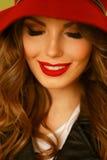 Kvinna som ler med perfekt leende och vita tänder i en parkera Arkivbilder