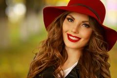 Kvinna som ler med perfekt leende och vita tänder i en parkera och ser kameran Royaltyfri Foto