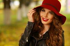 Kvinna som ler med perfekt leende och vita tänder i en parkera och ser kameran Royaltyfri Bild