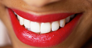 Kvinna som ler med röd läppstift Arkivbilder