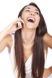 Kvinna som ler och talar på henne som är celular Royaltyfria Foton