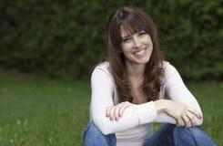 Kvinna som ler på kameran Arkivfoto