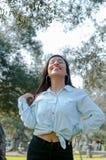 Kvinna som ler se upp till blå himmel som tar djup andedräkt som firar frihet Positivt mänskligt sinnesrörelseframsidauttryck royaltyfri bild