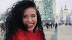 Kvinna som ler ultrarapid stock video