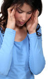 Kvinna som lider från en huvudvärk Arkivbild