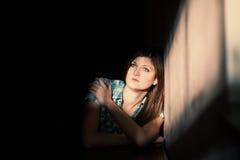 Kvinna som lider från en sträng fördjupning Arkivfoto
