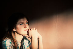 Kvinna som lider från en sträng fördjupning Royaltyfria Bilder