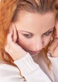 Kvinna som lider från huvudvärk Arkivfoto