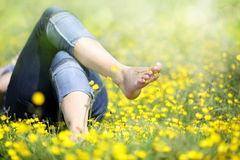 Kvinna som ligger, i att koppla av för äng Fotografering för Bildbyråer