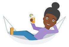 Kvinna som ligger i en hängmatta Arkivbild