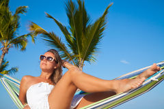 Kvinna som ligger i en hängmatta på en strand Royaltyfria Foton