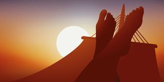 Kvinna som ligger i en hängmatta på solnedgången stock illustrationer