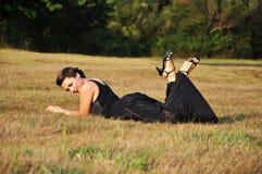Kvinna som ligger i gräs Royaltyfri Bild