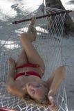 Kvinna som ligger i hängmattan Arkivfoton