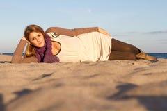 Kvinna som ligger i höst Royaltyfria Bilder