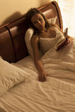 Kvinna som ligger i säng som lider från ensamhet Arkivbilder