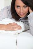 Kvinna som ligger i säng Fotografering för Bildbyråer