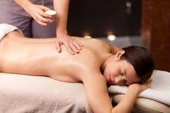 Kvinna som ligger och har tillbaka massage på brunnsorten royaltyfri bild
