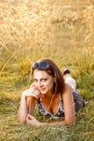 Kvinna som ligger på gräs Royaltyfri Foto