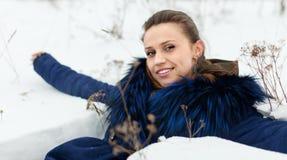 Kvinna som ligger på insnöad vinter Royaltyfri Bild