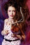 Kvinna som ligger på organza med pärlan Royaltyfri Foto