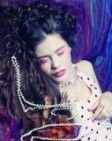 Kvinna som ligger på organza med pärlan Royaltyfria Foton