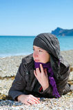 Kvinna som ligger på stranden Arkivfoto