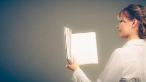 Kvinna som lär läseboken Utbildningsfritid Royaltyfri Fotografi