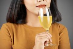 Kvinna som luktar fruktsaft royaltyfria foton