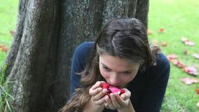 Kvinna som luktar rosa kronblad stock video