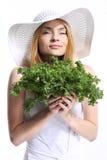 Kvinna som luktar sallad Arkivbild