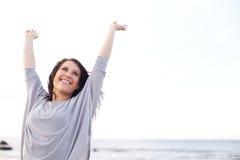 Kvinna som lyfter och sträcker henne armar Arkivbild
