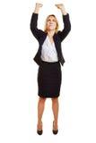 Kvinna som lyfter tungt imaginärt objekt arkivbild