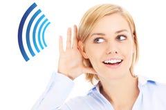 Kvinna som lyssnar Arkivbilder