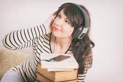 Kvinna som lyssnar en audiobook Royaltyfri Bild