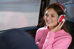 Kvinna som lyssnar till audiobook till och med hörlurar Royaltyfria Bilder