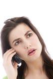 Kvinna som lyssnar till en appell på en mobil Royaltyfri Fotografi