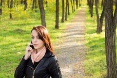 Kvinna som lyssnar till henne mobil telefon Arkivbilder