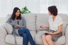 Kvinna som lyssnar till hennes terapeut Royaltyfri Bild