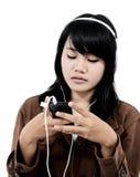 Kvinna som lyssnar till ledsen musik med telefonen Arkivfoto