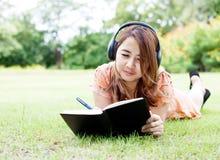 Kvinna som lyssnar till musik royaltyfri fotografi