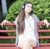 Kvinna som lyssnar till musik Arkivfoton