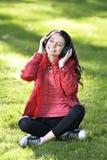 Kvinna som lyssnar till musik Fotografering för Bildbyråer