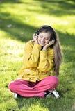 Kvinna som lyssnar till musik Royaltyfri Bild