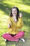 Kvinna som lyssnar till musik Royaltyfria Foton