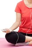 Kvinna som lyssnar till musik för att koppla av Royaltyfria Bilder