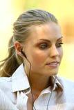 Kvinna som lyssnar till musik l Royaltyfri Fotografi
